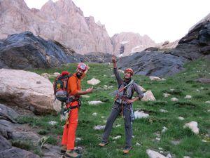 nereye tırmanacağını şaşırmış dağcılar